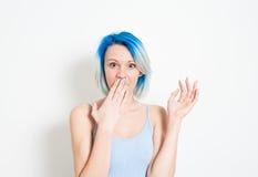 Mujer alternativa joven pasmada del adolescente en el retrato blanco Imágenes de archivo libres de regalías