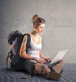 Mujer alternativa que usa su ordenador portátil Fotografía de archivo