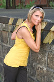 Mujer amarilla y negra atractiva Imágenes de archivo libres de regalías