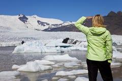Mujer ambiental del concepto con el glaciar de fusión imagenes de archivo