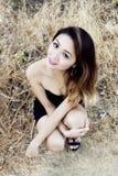 Mujer americana asiática delgada atractiva al aire libre en vestido negro Imágenes de archivo libres de regalías