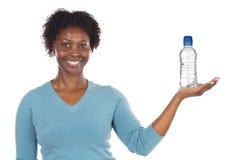 Mujer americana con la botella de los water?s Foto de archivo