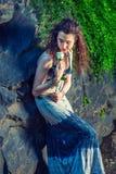 Mujer americana joven que le falta con la rosa del blanco en Nueva York Imagenes de archivo