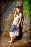 Mujer americana joven que le falta con la rosa del blanco en Nueva York Foto de archivo