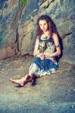 Mujer americana joven que le falta con la rosa del blanco en Nueva York Fotos de archivo libres de regalías