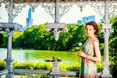 Mujer americana joven que le falta con la rosa del blanco, para yo que espera Fotografía de archivo