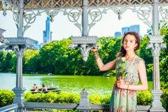 Mujer americana joven que le falta con la rosa del blanco, para yo que espera Imagen de archivo libre de regalías