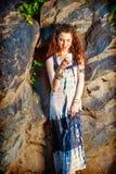 Mujer americana joven que manda un SMS en el teléfono celular, viajando en nuevo Yor Foto de archivo libre de regalías