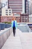Mujer americana joven que viaja en Nueva York fotografía de archivo libre de regalías