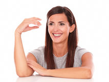 Mujer amistosa que ríe y que mira a su derecha Fotografía de archivo libre de regalías
