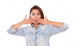 Mujer amistosa sorprendida que cierra su boca Fotos de archivo