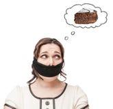 Mujer amordazada del tamaño extra grande que sueña sobre la torta Fotografía de archivo