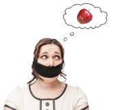 Mujer amordazada del tamaño extra grande que sueña sobre manzana Fotos de archivo