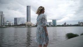Mujer anónima en el terraplén en día melancólico almacen de metraje de vídeo