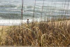 Mujer anónima en la playa Fotografía de archivo
