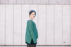 Mujer andrógina adolescente con el pelo teñido azul aislado en el stree Imagen de archivo