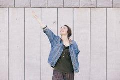Mujer andrógina adolescente positiva que ríe con un attitud alegre Fotografía de archivo