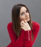 Mujer ansiosa 20s que parece trastornada Imagen de archivo