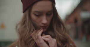 Mujer ansiosa triste hermosa en una calle de la ciudad almacen de metraje de vídeo