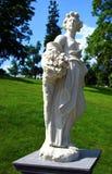 Mujer antigua de la escultura con las flores Fotografía de archivo libre de regalías