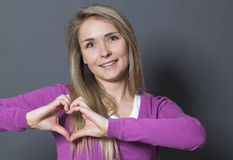 Mujer apasionada 20s que muestra forma del corazón con las manos Fotos de archivo libres de regalías
