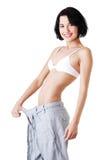 Mujer apta de los jóvenes con los pantalones grandes Foto de archivo