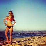 Mujer apta en bikini en la playa imagenes de archivo