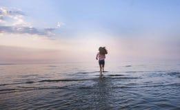 Mujer apta joven que activa en una playa en bikini en Bali Funcionamiento al aire libre o elaboración Mujer del ajuste que corre  foto de archivo
