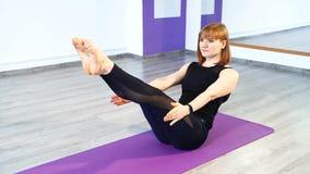 Mujer apta joven que hace entrenamiento del ABS en el gimnasio Forma de vida y concepto sanos de la aptitud metrajes