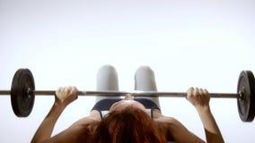 Mujer apta que hace ejercicio con el barbell almacen de metraje de vídeo