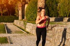Mujer apta que hace ejercicios cardiios en el parque Fotos de archivo libres de regalías