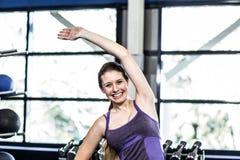 Mujer apta que hace ejercicios de la aptitud Fotografía de archivo libre de regalías