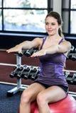 Mujer apta que hace ejercicios en bola de la aptitud Imagenes de archivo