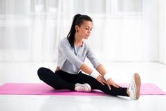 Mujer apta que hace estirar de la gimnasia de los aeróbicos Foto de archivo libre de regalías