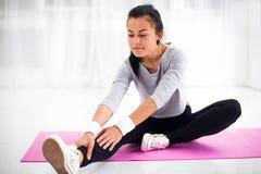 Mujer apta que hace estirar de la gimnasia de los aeróbicos Fotografía de archivo