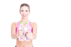 Mujer apta que muestra dos botellas de agua Imágenes de archivo libres de regalías