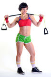 Mujer apta que sostiene una banda del ejercicio Foto de archivo