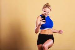 Mujer apta que toma la imagen del selfie con el teléfono Imagen de archivo