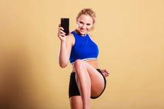 Mujer apta que toma la imagen del selfie con el teléfono Fotos de archivo libres de regalías