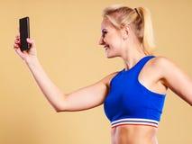 Mujer apta que toma la imagen del selfie con el teléfono Foto de archivo libre de regalías