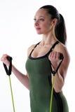 Mujer apta que usa bandas del ejercicio Foto de archivo libre de regalías