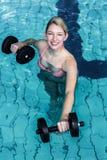 Mujer apta sonriente que hace aeróbicos de la aguamarina Fotografía de archivo