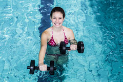 Mujer apta sonriente que hace aeróbicos de la aguamarina Imagen de archivo libre de regalías
