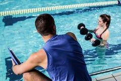 Mujer apta sonriente que hace aeróbicos de la aguamarina Fotografía de archivo libre de regalías