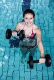 Mujer apta sonriente que hace aeróbicos de la aguamarina Imagen de archivo