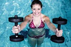 Mujer apta sonriente que hace aeróbicos de la aguamarina Fotos de archivo libres de regalías