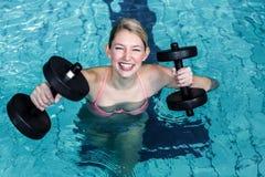 Mujer apta sonriente que hace aeróbicos de la aguamarina Imágenes de archivo libres de regalías