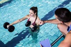Mujer apta sonriente que hace aeróbicos de la aguamarina Foto de archivo libre de regalías