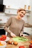 Mujer apuesta alegre que es extremadamente feliz y positiva fotografía de archivo