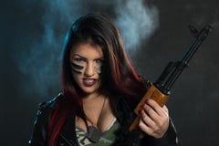 Mujer armada peligrosa Foto de archivo libre de regalías